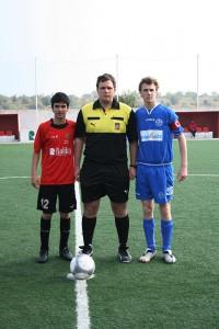 El arbitro con los dos capitanes del partido