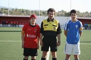 Los capitanes con el arbitro al inicio del partido