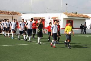 salida al terreno de juego de los equipos junto con el arbitro