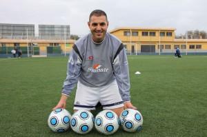 Miguel Ángel Espadas con los cuatro balones que espera tenga que sacar de su porteria Linares el Domingo a partir de las 17 horas.