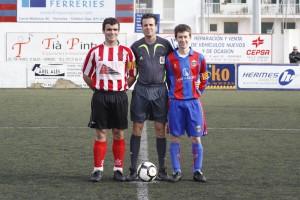 El arbitro y los dos capitanes del partido