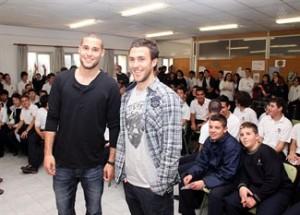 Mario y Víctor visitan las aulas del colegio San José Obrero