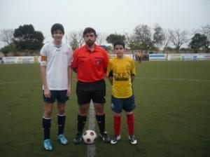El arbitro con los dos capitanes