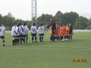 Saludo de los equipos y el arbitro al inicio del partido