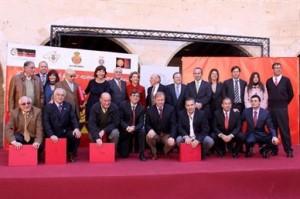 Los ex jugadores homeajeados junto a las autoridades y el Consejo de Administración del RCD Mallorca