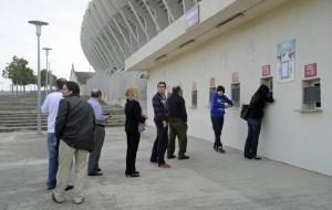 Aspecto que presentaban a las seis de la tarde de ayer las taquillas del Ono Estadi.  Foto: Guillem Bosch