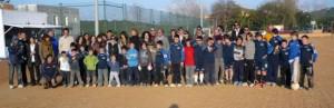 Algunos padres, directivos, técnicos y jugadores posan sobre el terreno de juego en tierra del campo de Santa Gertrudis.  S. CANDELA
